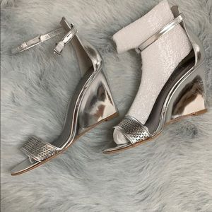 NEW Enzo Angiolini Silver Heels Size 7